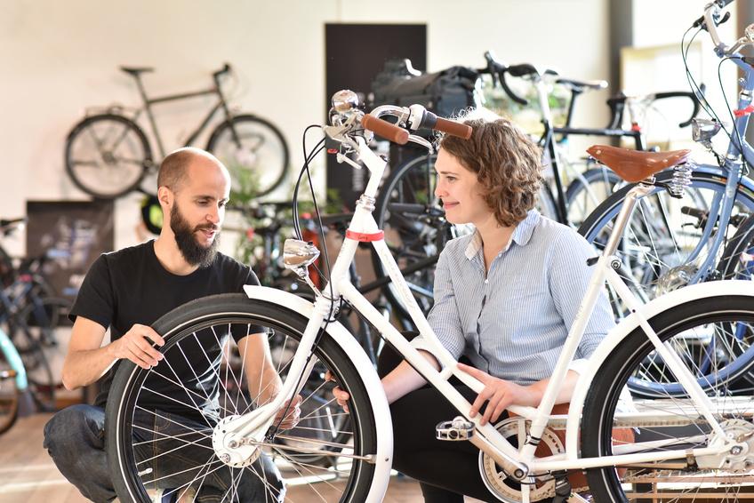 Verkauf eines Fahrrades im Fachgeschft - Beratungsgesprch zwischen Kundin und Verkufer